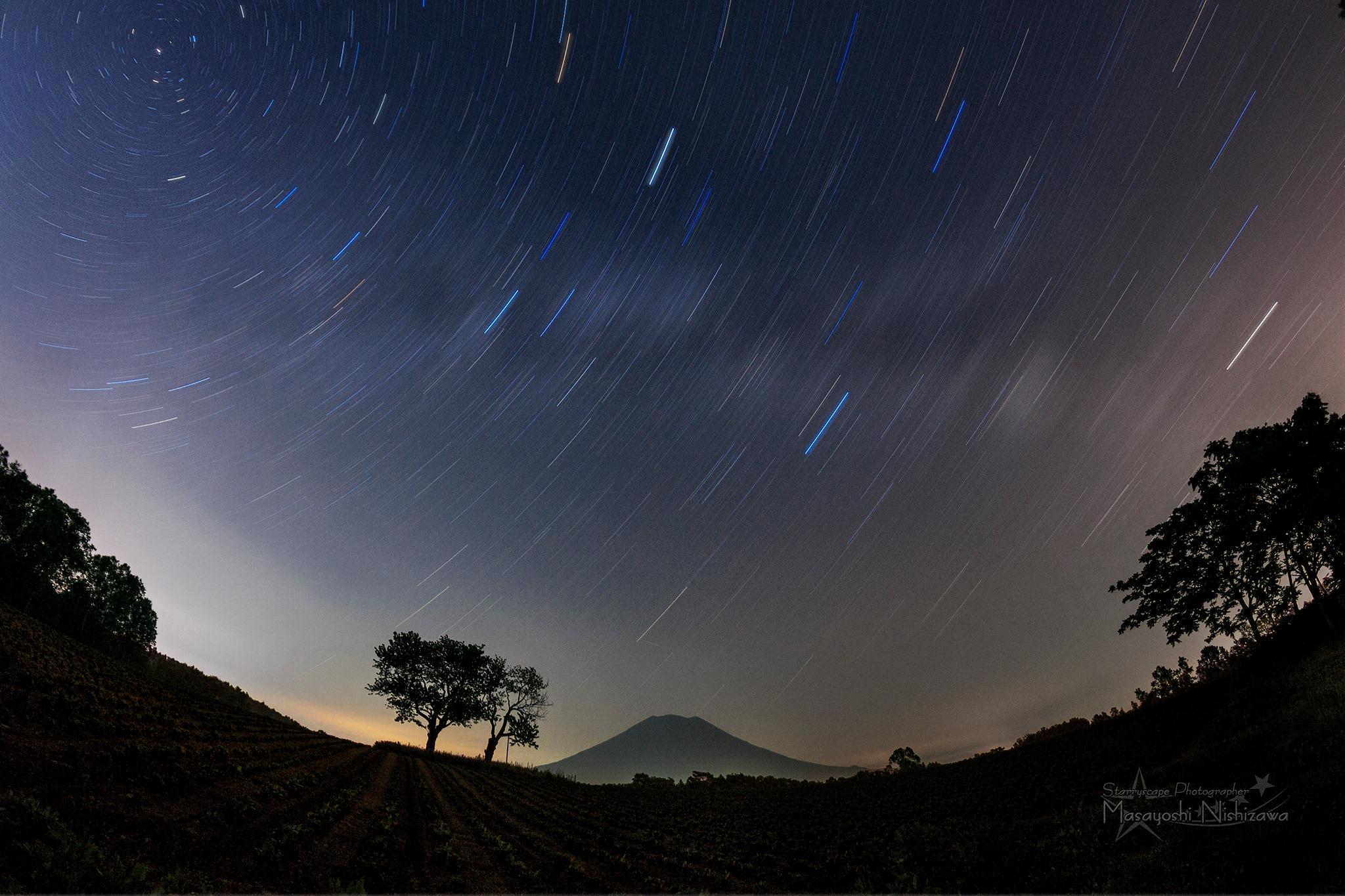 蝦夷富士と天の川の光跡