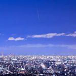 大阪の夜景の上を飛ぶふたご座流星群