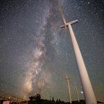 大川原高原にそびえ立つ風車と天の川